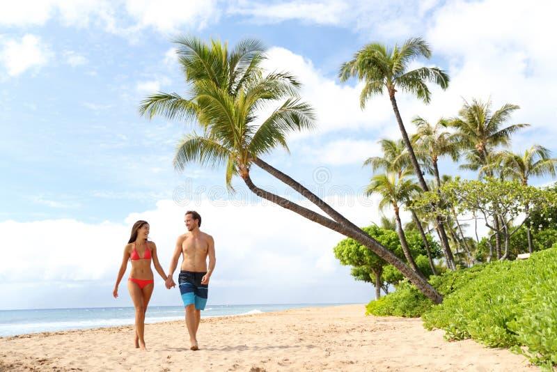 Pares del día de fiesta de Hawaii que caminan en la playa de Maui foto de archivo libre de regalías