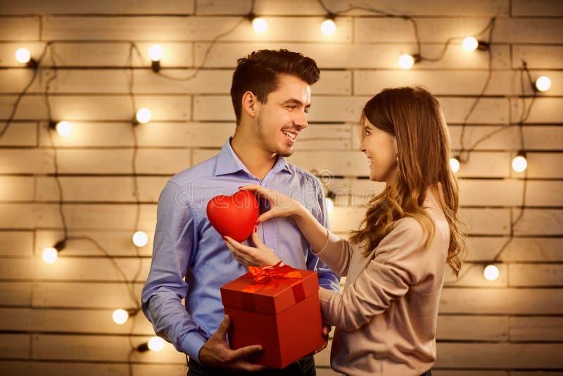 Pares del día del ` s de la tarjeta del día de San Valentín fotos de archivo libres de regalías