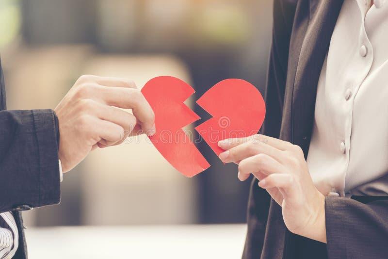 Pares del divorcio de la pena que llevan a cabo el corazón quebrado Sensación infeliz del daño de la relación para el amante Conc imagen de archivo