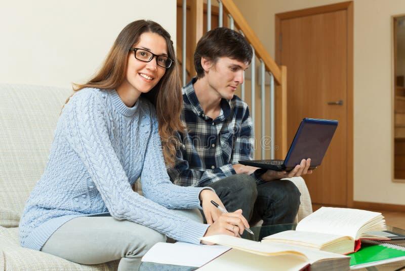 Pares del estudiante que se preparan para el examen en casa imagen de archivo libre de regalías