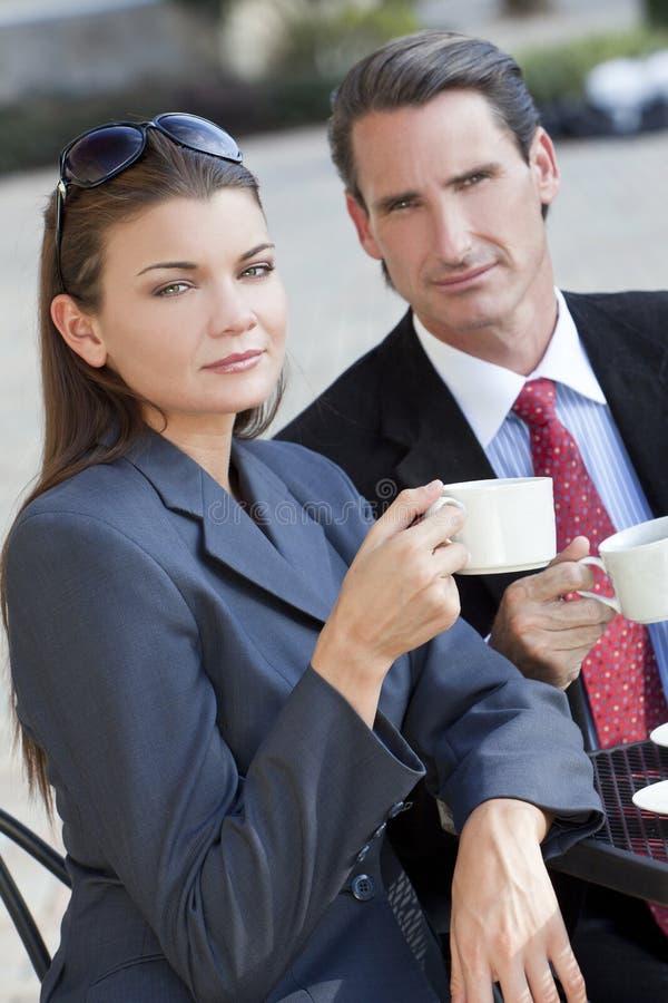 Pares del hombre y de la mujer que beben en el café fotos de archivo