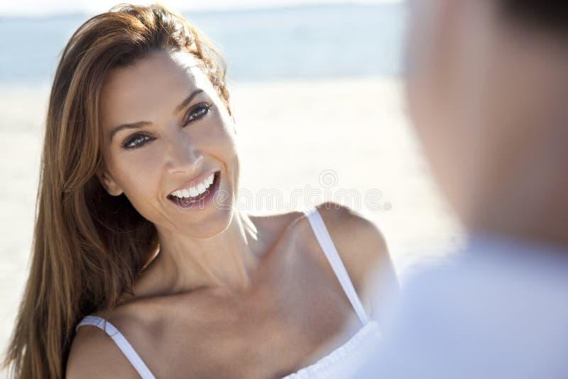 Pares del hombre y de la mujer que ríen en la playa foto de archivo libre de regalías