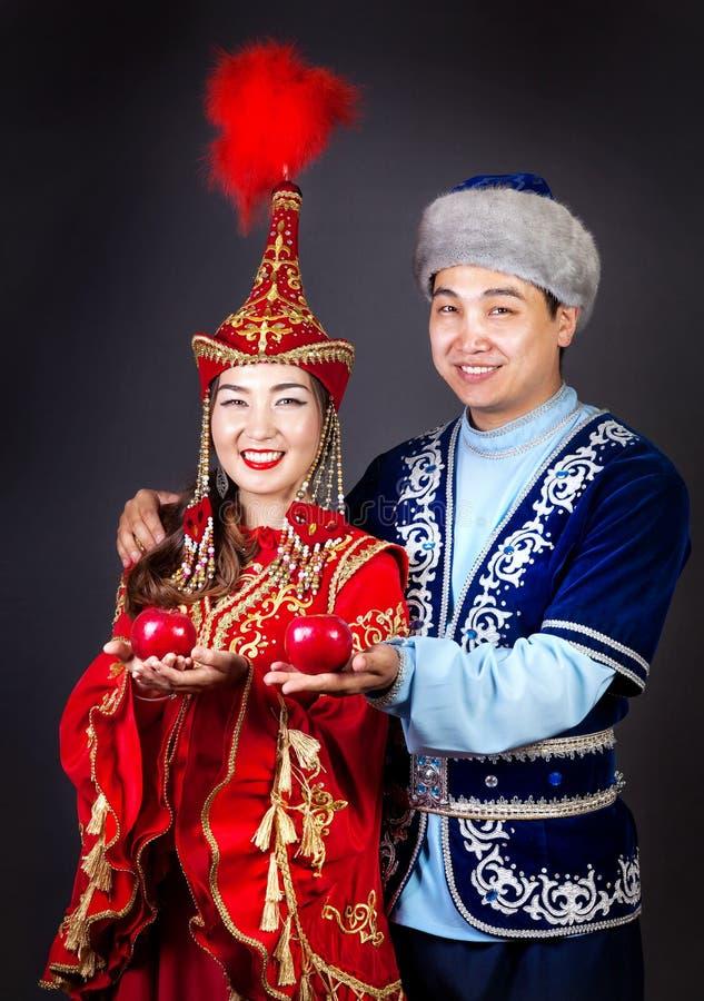 Pares del Kazakh en trajes nacionales del Kazakh imagen de archivo libre de regalías