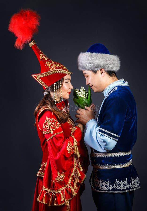 Pares del Kazakh en trajes nacionales del Kazakh fotografía de archivo