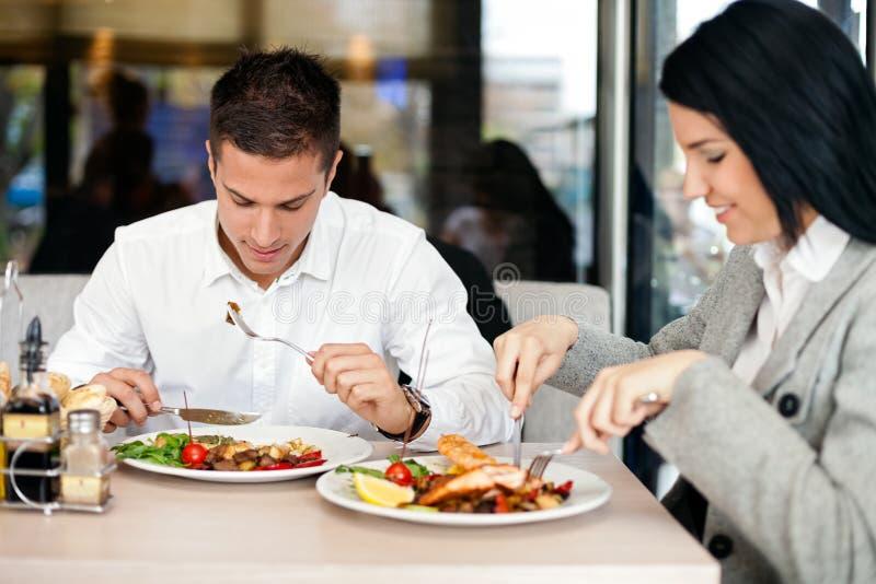 Pares del negocio en almuerzo fotografía de archivo