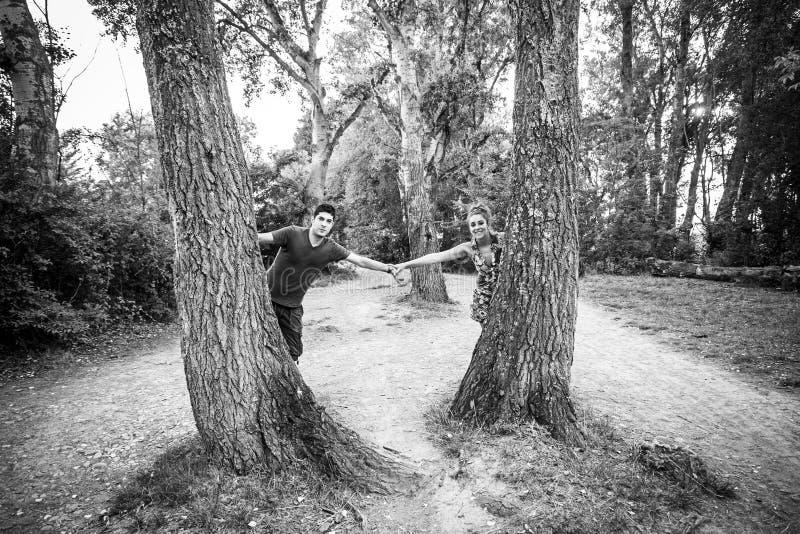 Pares del parque en amor foto de archivo