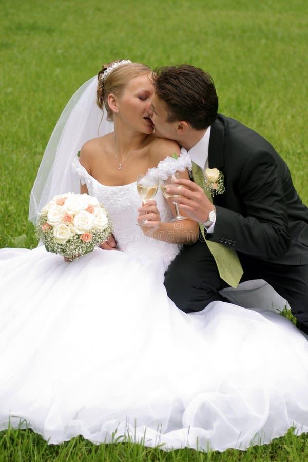 Pares del recién casado el día de boda imagen de archivo libre de regalías