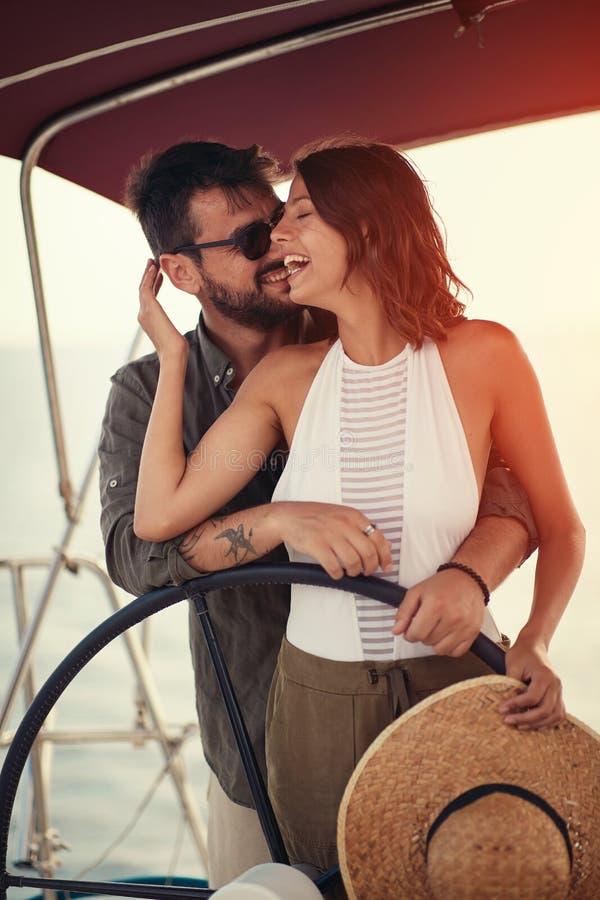 Pares del romance del verano de vacaciones - en el barco de lujo gozar imagen de archivo