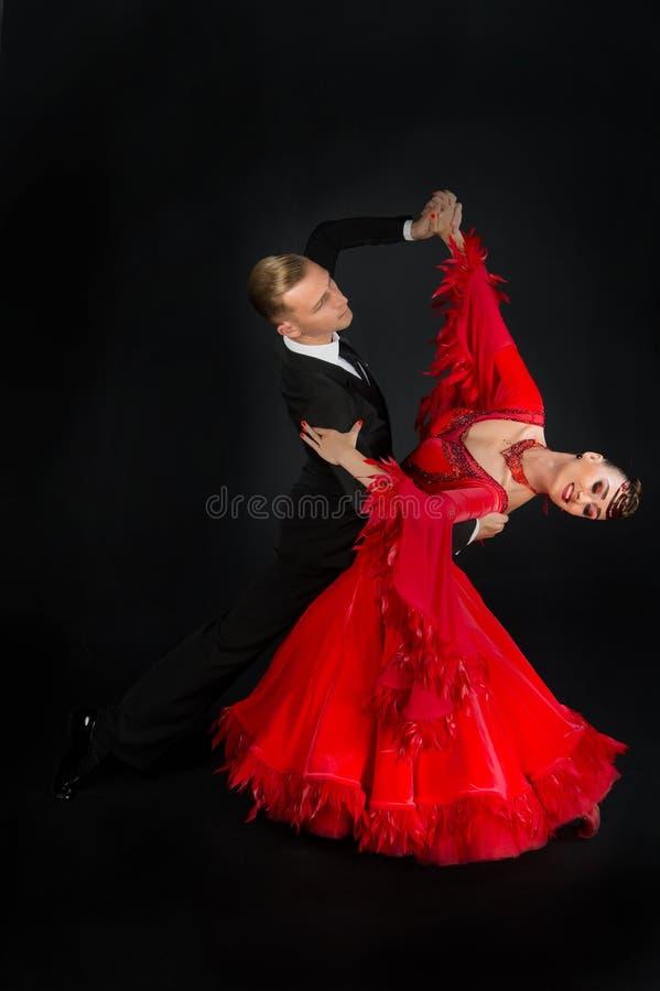 Pares del salón de baile de la danza en vestido rojo fotografía de archivo libre de regalías