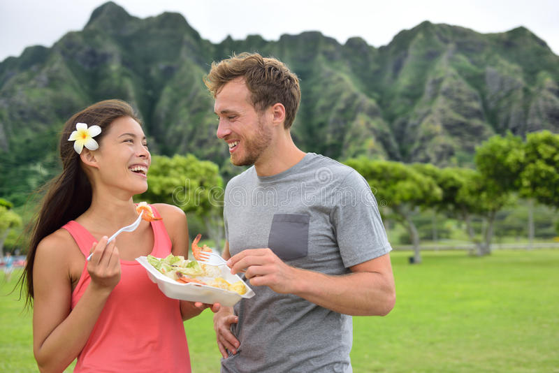 Pares del viaje de la comida de Hawaii que comen camarones en Oahu foto de archivo