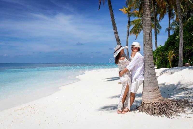 Pares del viajero en amor en una playa tropical fotografía de archivo