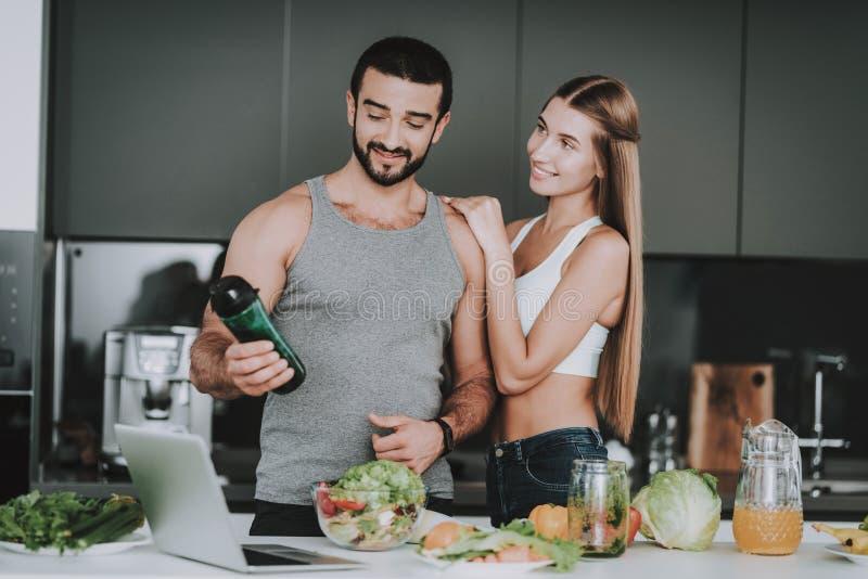 Pares deportivos en cocina Cóctel de las verduras imagenes de archivo