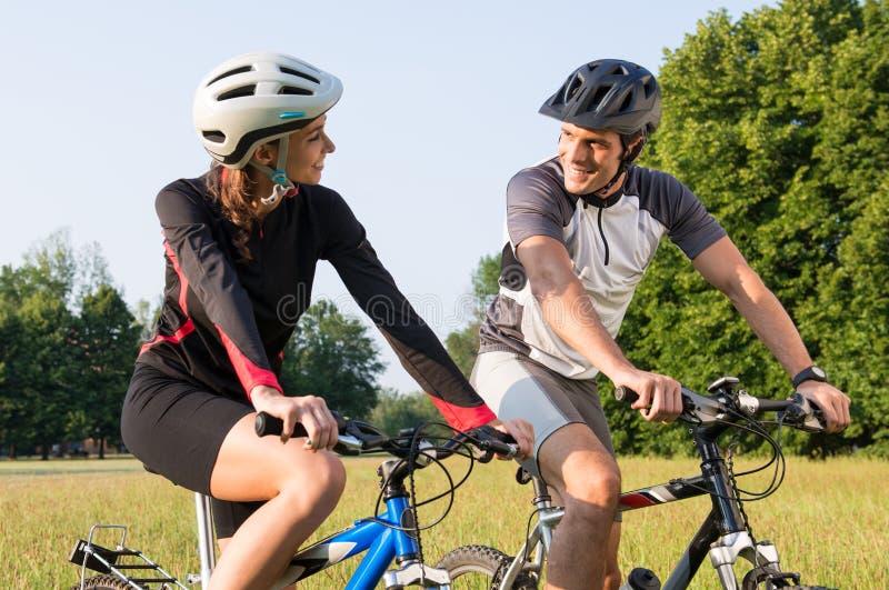 Pares deportivos en la bici de Mountan imagenes de archivo