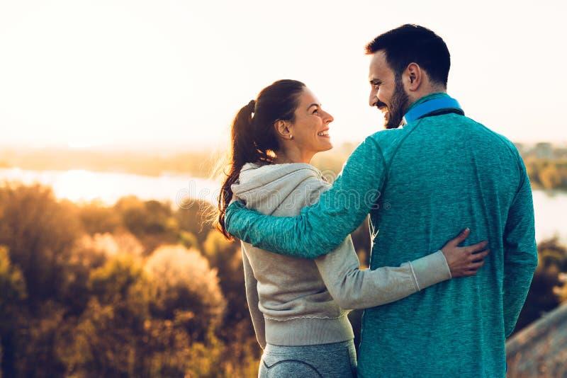 Pares deportivos jovenes felices que comparten momentos románticos fotografía de archivo