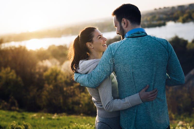 Pares deportivos jovenes felices que comparten momentos románticos fotos de archivo