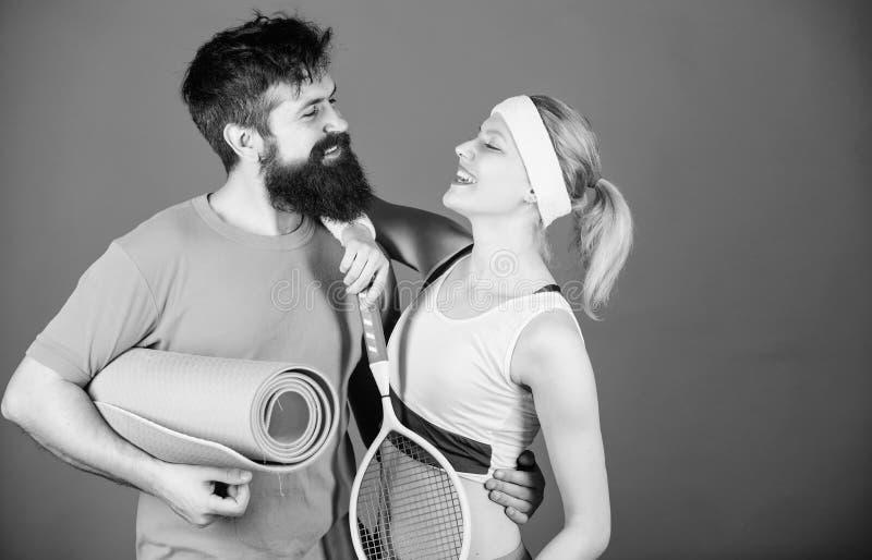 Pares desportivos Conceito saud?vel do estilo de vida Pares do homem e da mulher no amor com esteira da ioga e equipamento de esp fotografia de stock