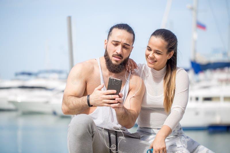 Pares desportivos nas férias de verão do beira-mar, tomando a foto do selfie imagens de stock royalty free