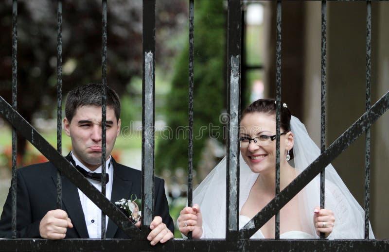 Pares divertidos de la boda fotografía de archivo libre de regalías