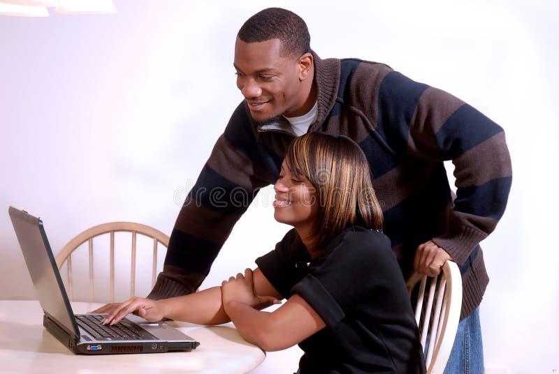Pares do African-American que vêem o computador imagens de stock royalty free