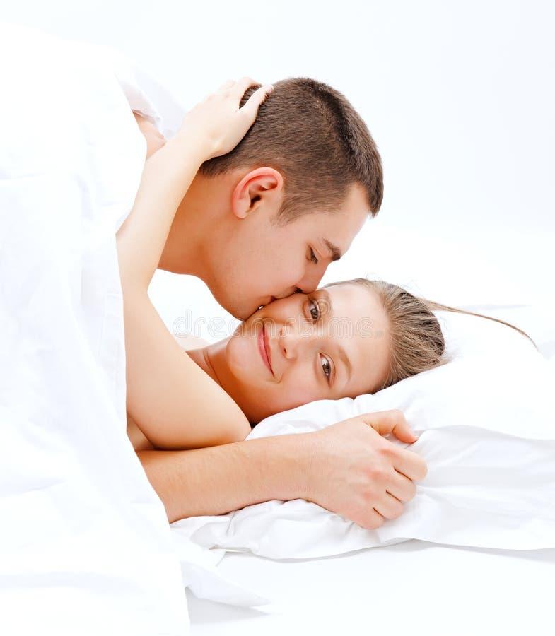 Pares do amante na cama imagem de stock