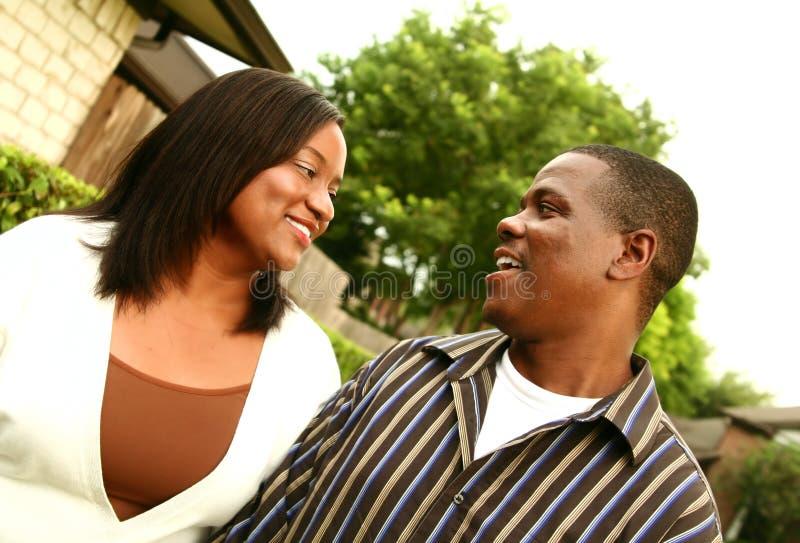 Pares do americano africano com fundo 2 da casa imagem de stock royalty free