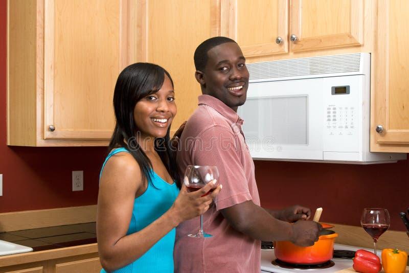 Pares do americano africano que cozinham - horizontais imagem de stock royalty free