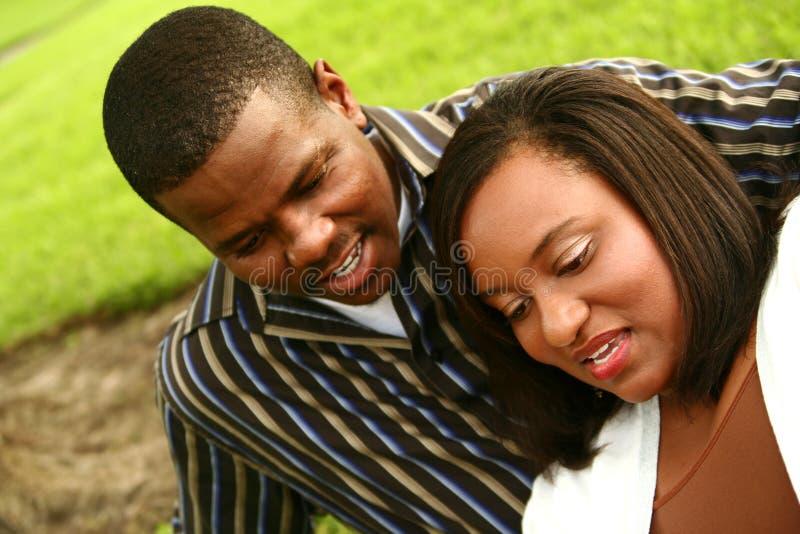 Pares do americano africano que olham ao Outd inferior fotos de stock royalty free