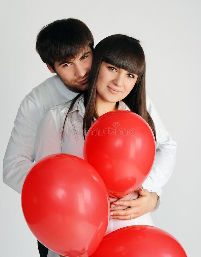 Pares do amor com balões vermelhos fotos de stock