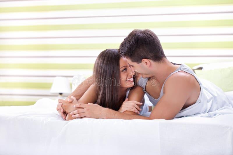 Pares do amor na cama imagem de stock