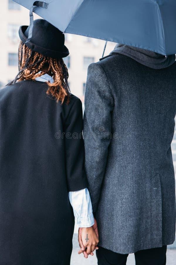 Pares do amor no dia chuvoso Estilo da forma fotografia de stock