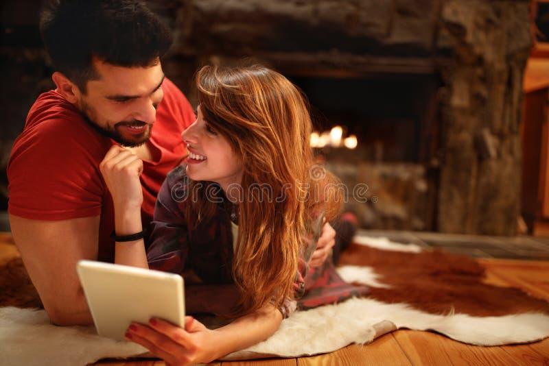Pares do amor que olham junto na tabuleta fotos de stock