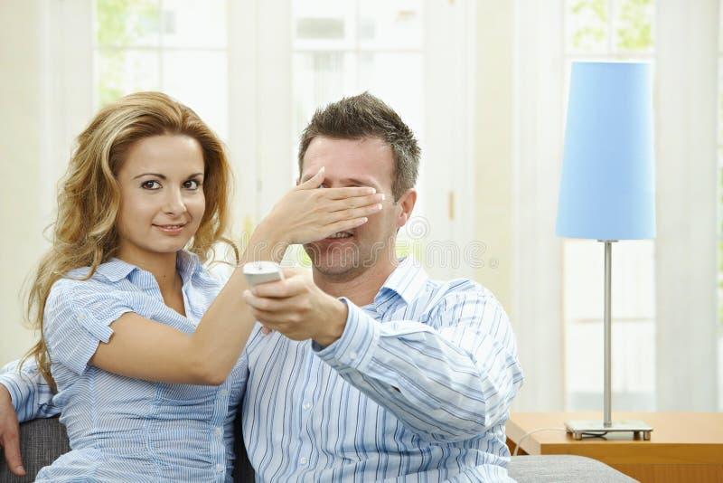 Pares do amor que prestam atenção à tevê fotos de stock royalty free