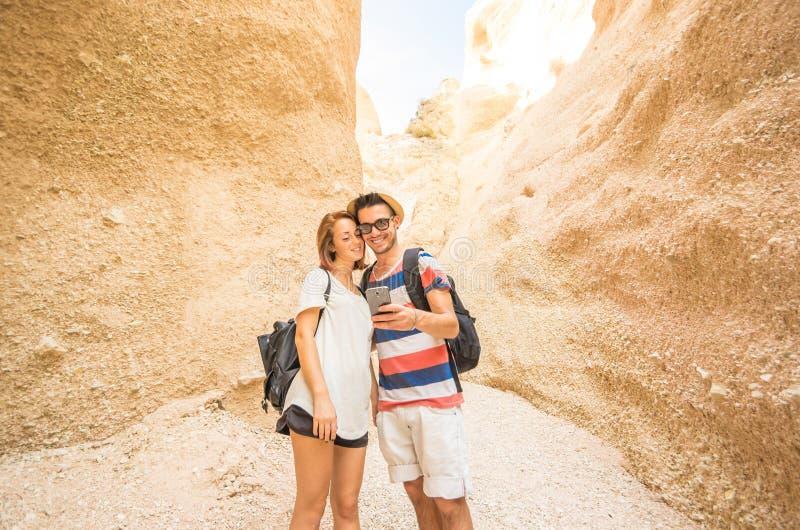 Pares do amor que tomam um selfie que caminha em férias foto de stock royalty free