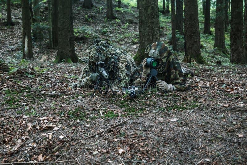 Pares do atirador furtivo das guardas florestais do exército fotos de stock