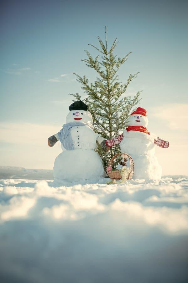 Pares do boneco de neve com a árvore de abeto verde Brinquedo da decoração do Natal ou do xmas na cesta foto de stock royalty free