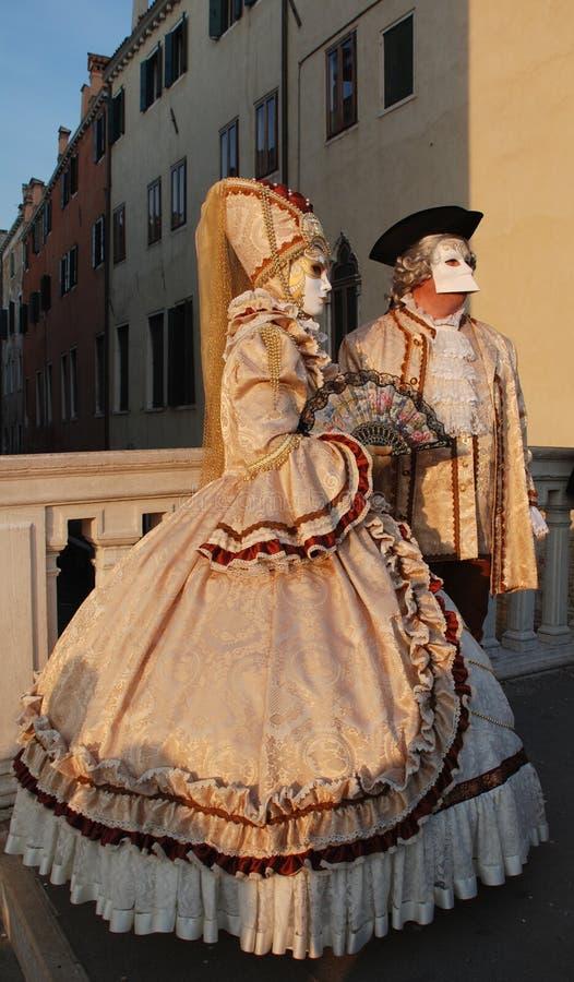 Pares do carnaval de Veneza em trajes do pêssego imagem de stock