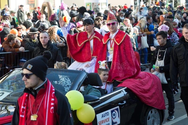 Pares do carnaval no convertible fotografia de stock royalty free