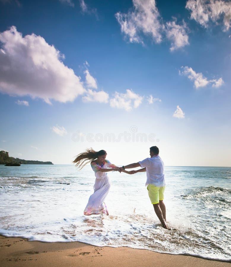 Pares do casamento apenas casados imagens de stock royalty free