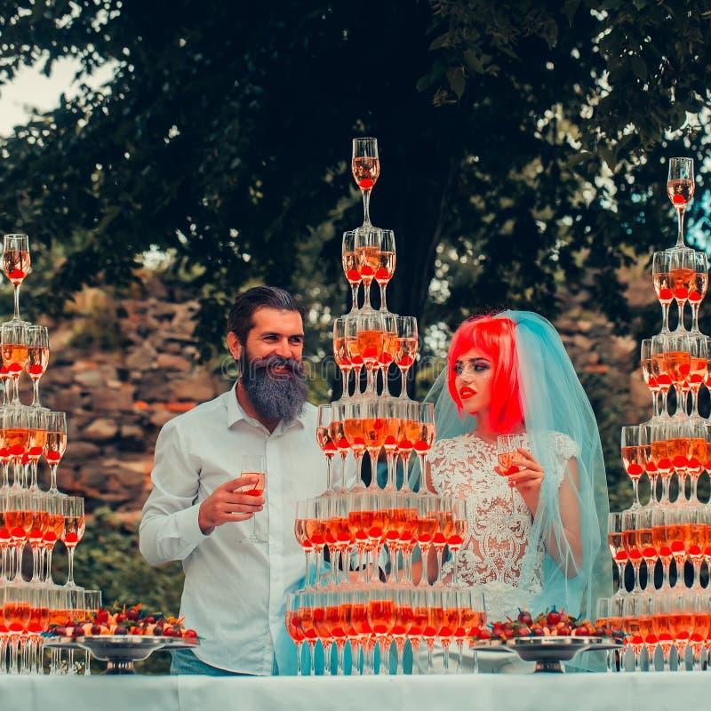 Pares do casamento com as pirâmides dos vidros de vinho exteriores imagens de stock royalty free