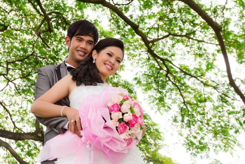 Pares do casamento com flor imagens de stock