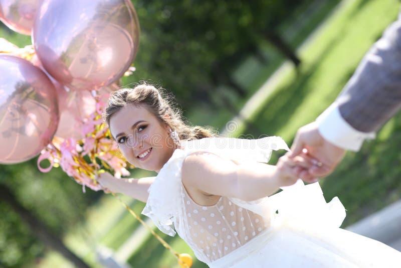 Pares do casamento com a foto dos balões em para seguir-me estilo imagem de stock royalty free
