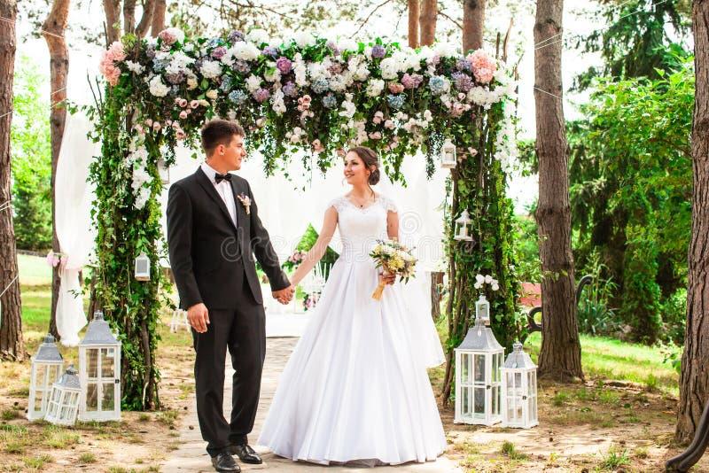 Pares do casamento exteriores foto de stock