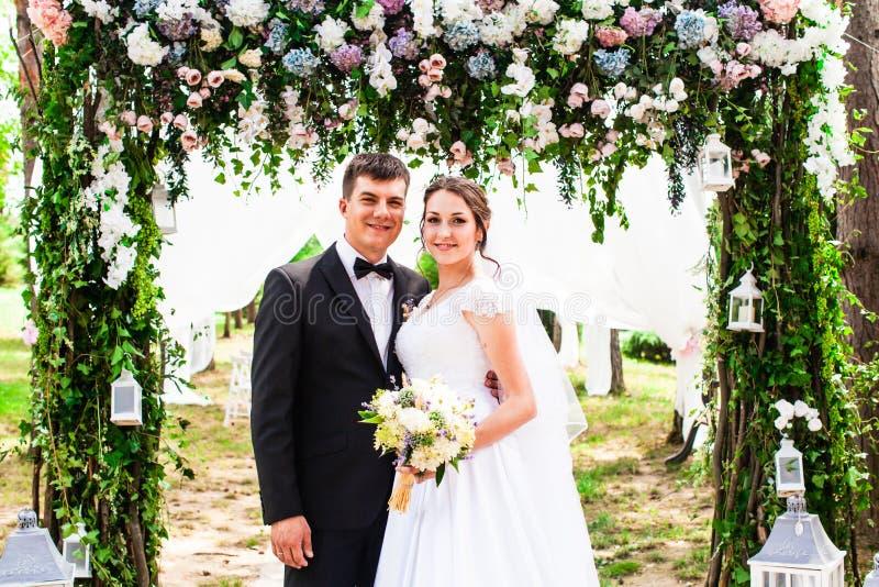 Pares do casamento exteriores fotos de stock royalty free