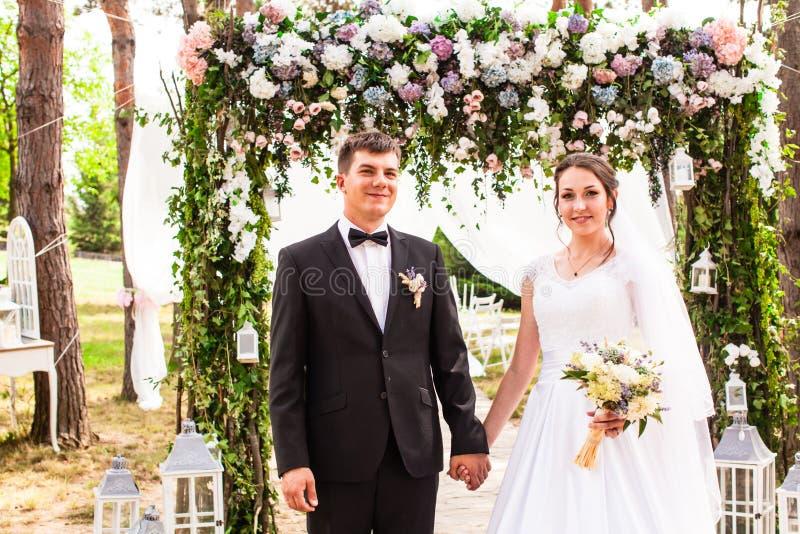Pares do casamento exteriores imagens de stock royalty free