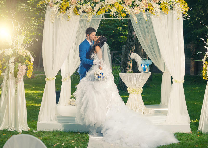 Pares do casamento no jardim fotografia de stock royalty free