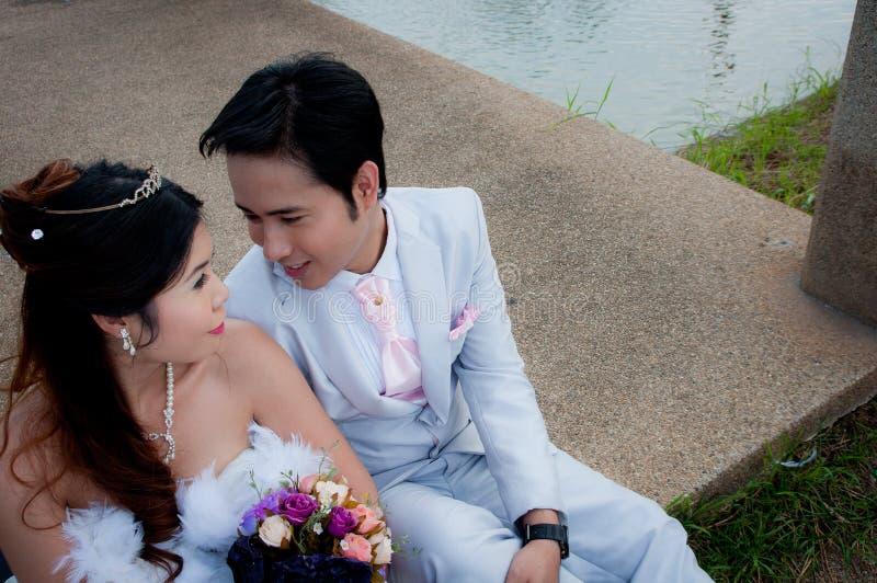 Pares do casamento no parque em Tailândia imagens de stock
