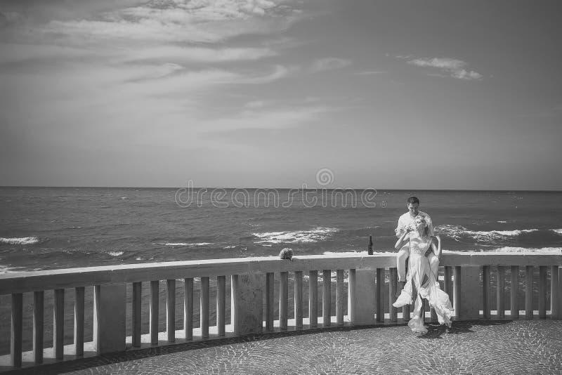 Pares do casamento no terraço imagens de stock royalty free