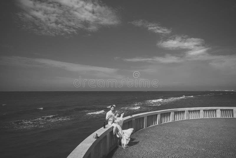 Pares do casamento no terraço fotografia de stock royalty free