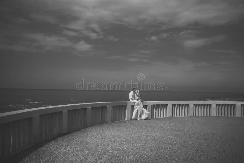 Pares do casamento no terraço imagem de stock royalty free