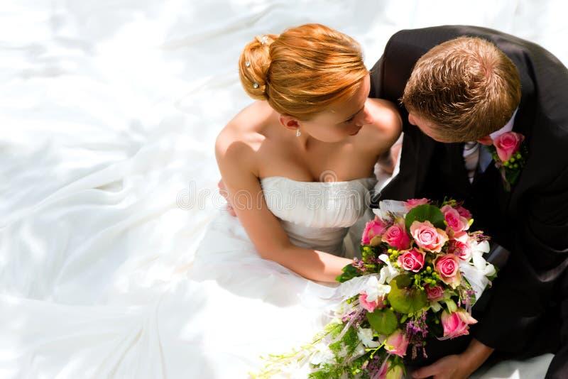 Pares do casamento - noiva e noivo fotos de stock